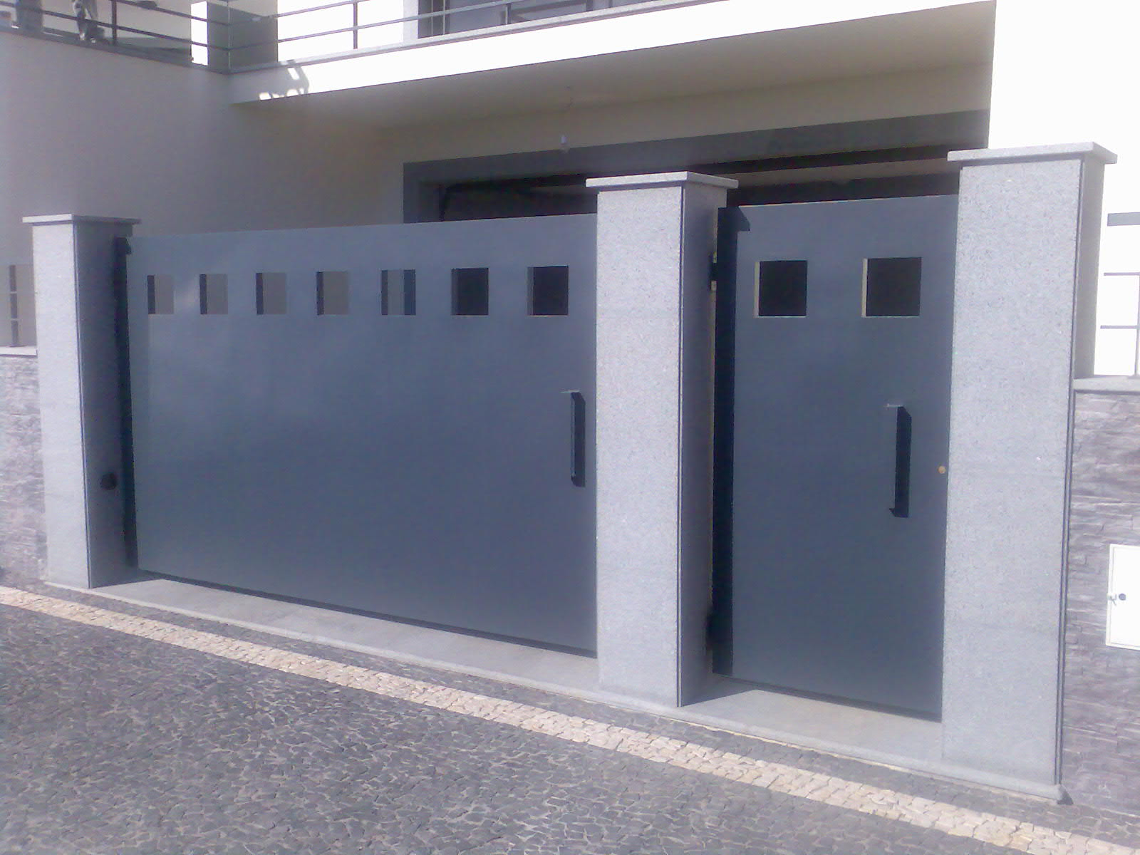 Porta De Entrada E De Garagem