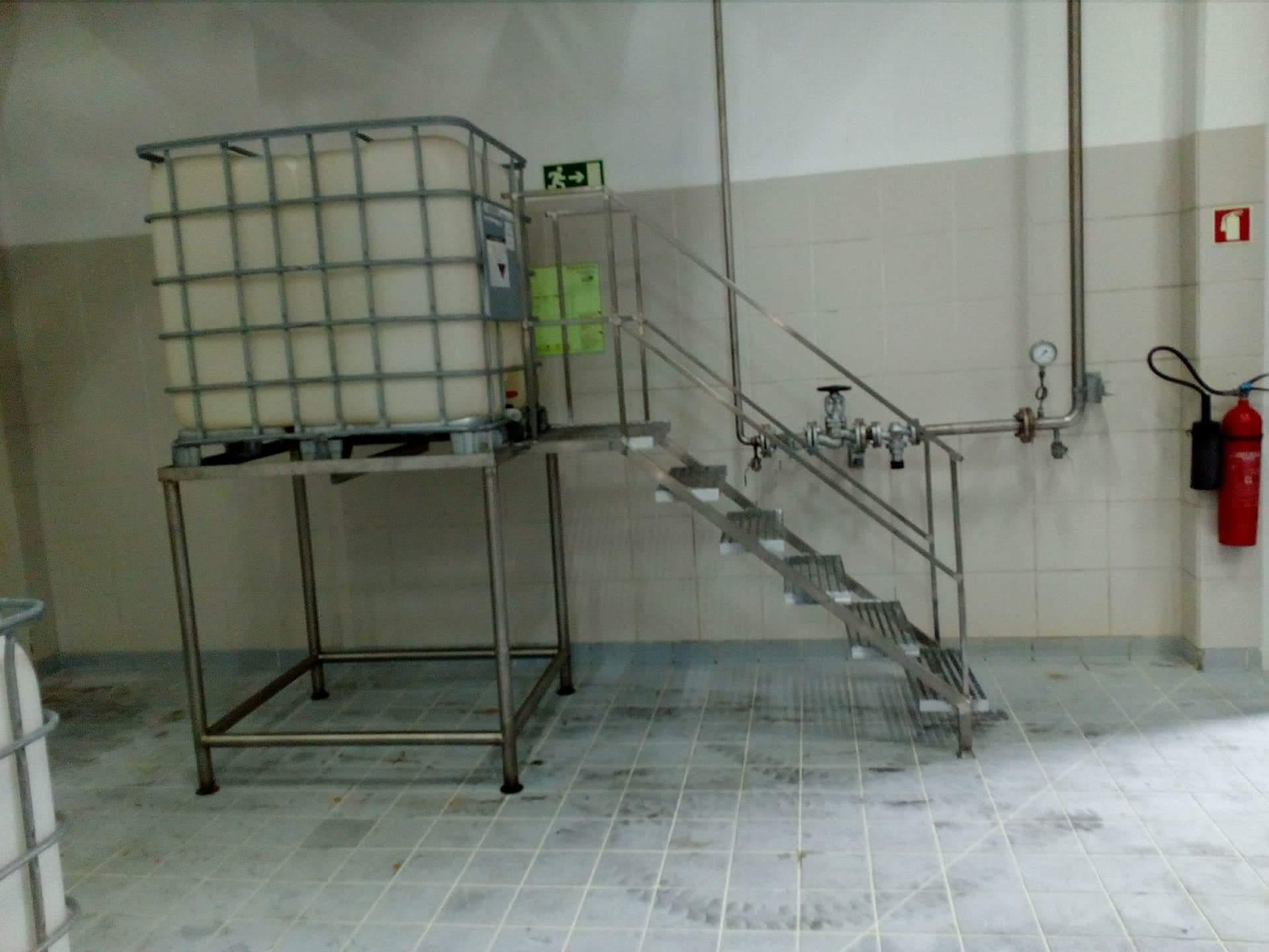 Estrutura em inox com escada para tanque