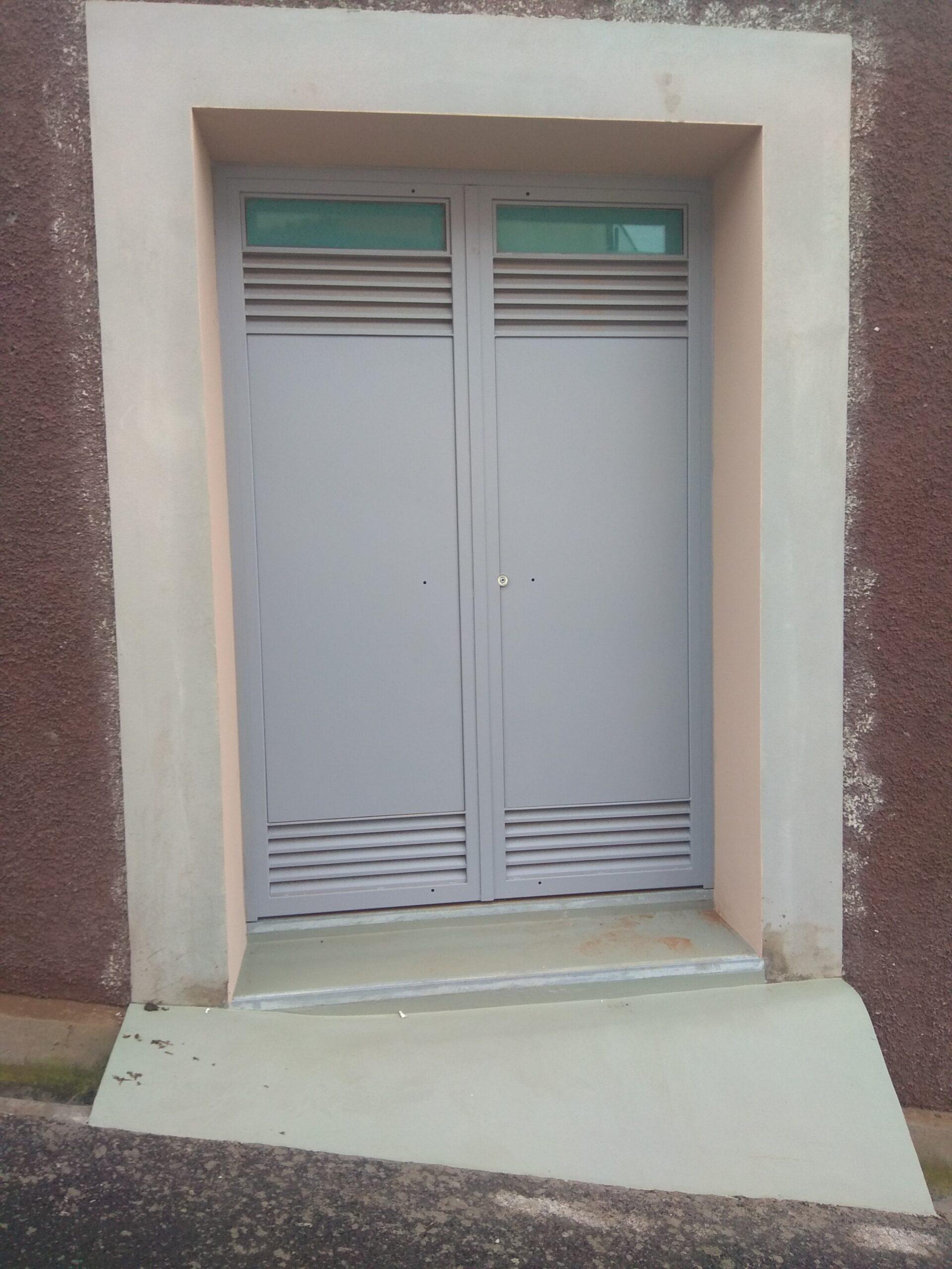 Porta com arejadores e vidro